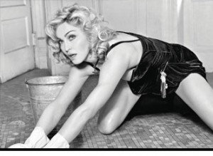 Madonna limpiando el suelo