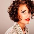 mujer-con-pelo-rizado