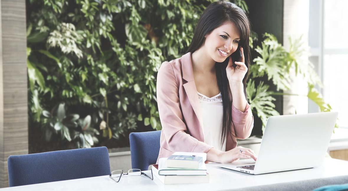 mujer-trabajando-en-la-oficina