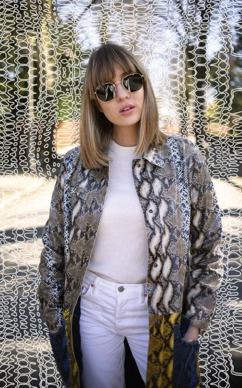 abrigo de serpiente y camiseta