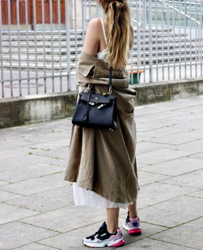 look de trench coat con zapatillas